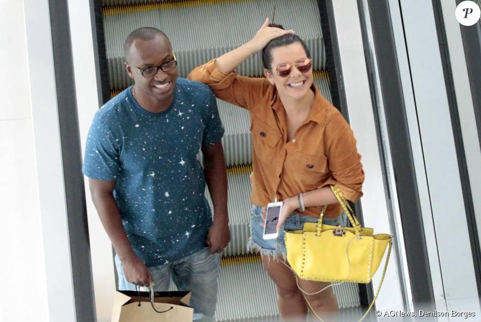526fe87ee36ac Fernanda Souza e Thiaguinho curtiram uma tarde de compras no Rio. Para o  passeio,