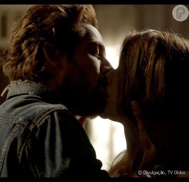 Lívia (Alinne Moraes) e Felipe (Rafael Cardoso) se beijam pela primeira vez, na nova fase da novela 'Além do Tempo', em 28 de outubro de 2015