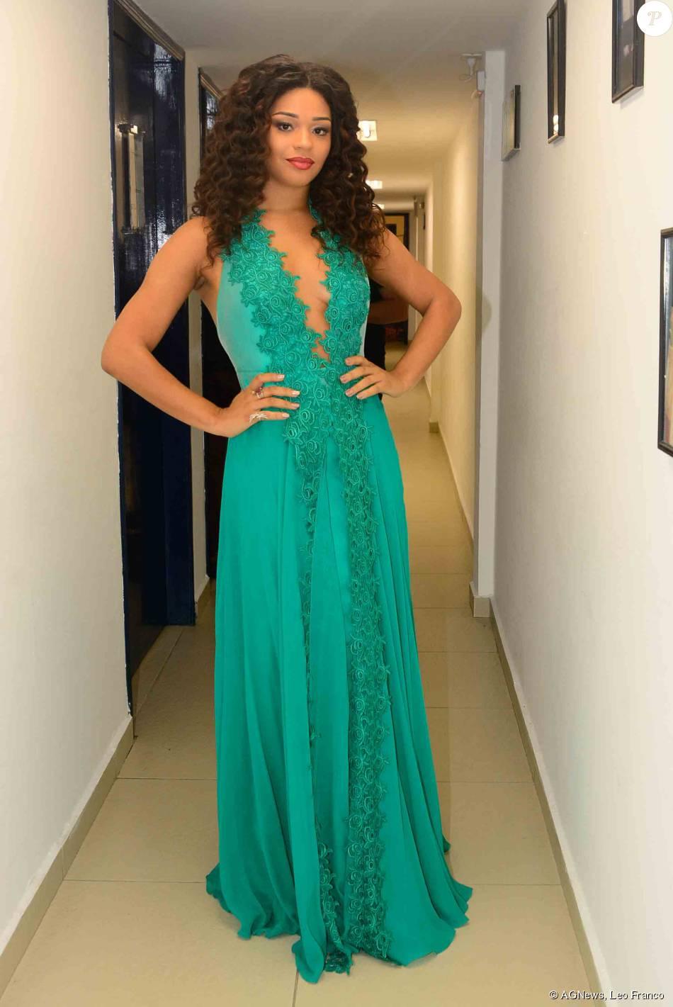 705eb8d114 Juliana Alves escolheu vestido longo verde com decote para o 37º  Profissionais do Ano