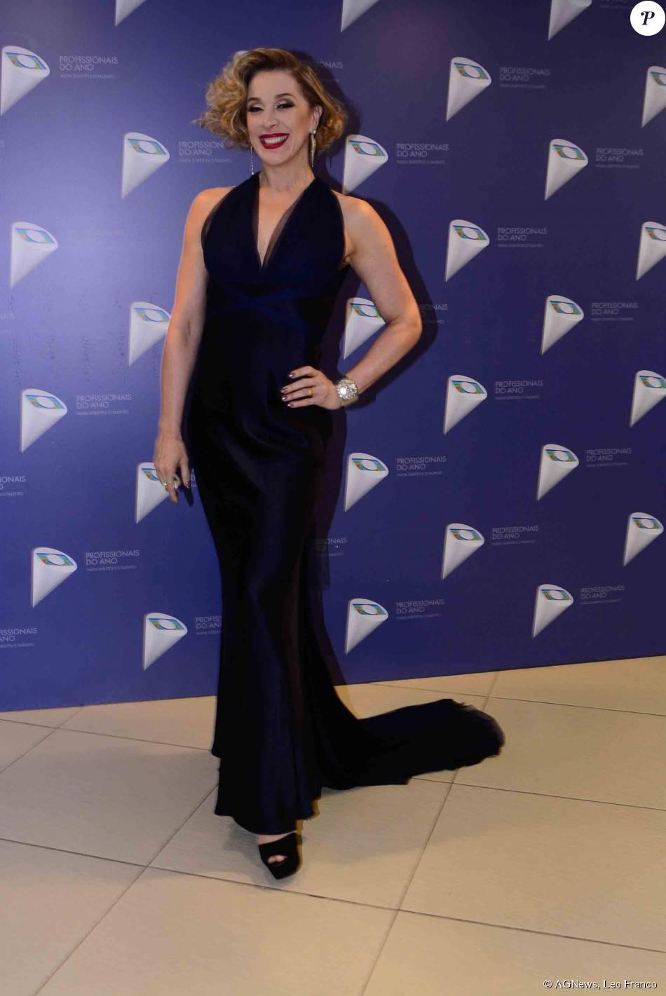 77a4514f86 Cláudia Raia usou vestido longo azul da estilista Vera Wang para apresentar  o 37º Profissionais do Ano