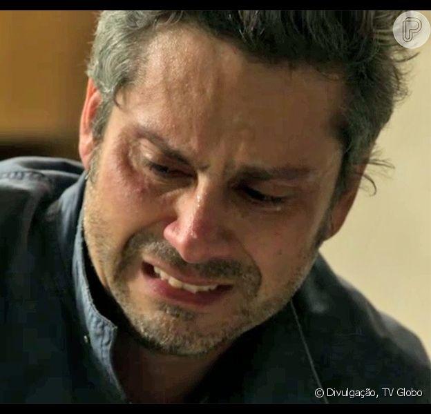 Romero (Alexandre Nero) vai desmaiar durante briga com Atena (Giovanna Antonelli). Ao bater com a cabeça no chão, o ex-vereador vai ficar desacordado e sangrar muito, nos próximos capítulos da novela 'A Regra do Jogo', adianta o colunista de TV Daniel Castro, nesta quinta-feira, 29 de outubro de 2015
