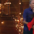 Carla, que não esperava o resultado, pulou de alegria quando Roberto Justus anunciou sua permanência e o abraçou
