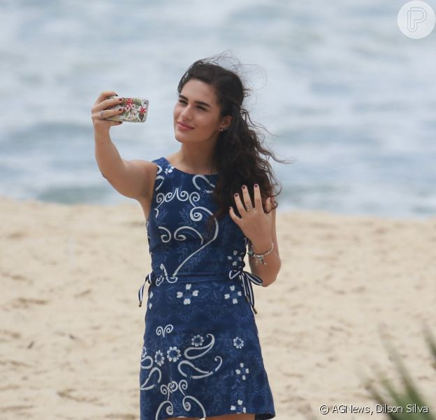 Lívian Aragão faz ensaio fotográfico no Rio de Janeiro, nesta sexta-feira (30). A atriz foi clicada na praia da Macumba