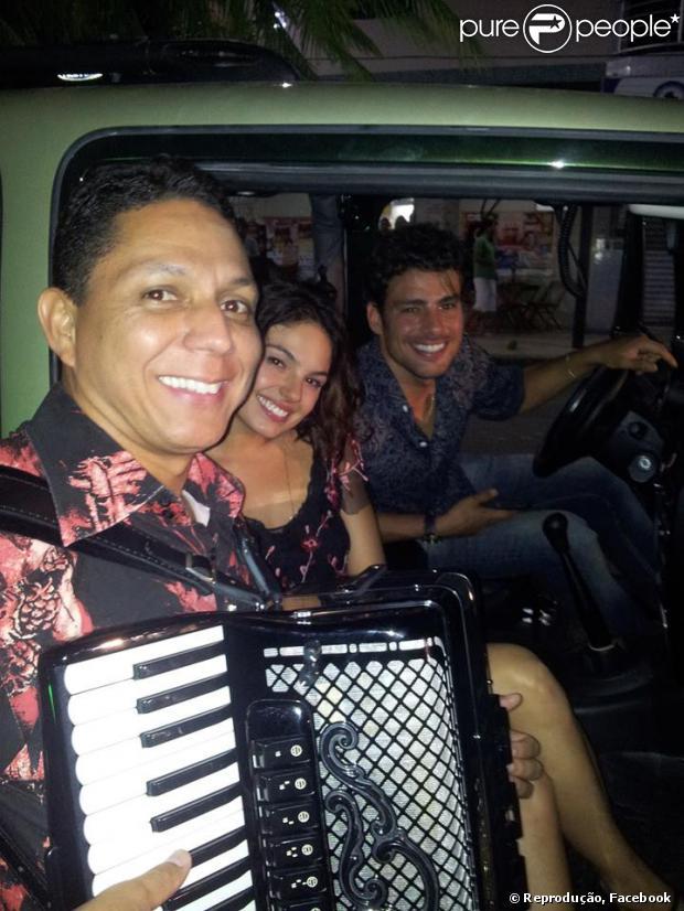 Isis Valverde e Cauã Reymond posam com o sanfoneiro Targino Gondim nas gravações de 'Amores Roubados' em Juazeiro (BA), em agosto de 2013