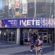Ivete Sangalo mostra foto de cartaz anunciando seu show em Los Angeles, nos Estados Unidos