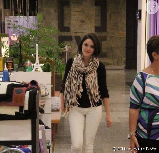 Isabelle Drummond aproveitou dia de folga das gravações para fazer um passeio no shopping
