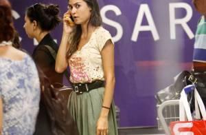 Thaila Ayala desembarca, cheia de estilo, em aeroporto do Rio