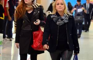 Marina Ruy Barbosa, toda estilosa, embarca com sua mãe em aeroporto do Rio