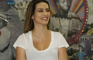 Cleo Pires visita barracão da Grande Rio e toca instrumentos de carnaval