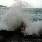 Diego Hypólito posta foto sendo engolido por uma onda