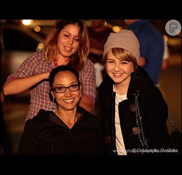 Klara Castanho e Maria Maya gravam cenas de 'Amor à Vida' em 21 de agosto de 2013. A atriz mirim usa uma peruca loira