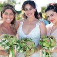 Natália (Daniela Escobar) posa ao lado das filhas Carol (Maria Joana) e Mila (Tainá Müller) em seu casamento com Juliano (Bruno Gissoni), em 'Flor do Caribe'