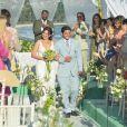 Já casados, Natália (Daniela Escobar) e Juliano (Bruno Gissoni) são aplaudidos pelos convidados, em cena de 'Flor do Caribe'