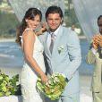 Os noivos posam juntos depois do 'sim', em cena de 'Flor do Caribe'