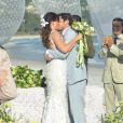 Natália (Daniela Escobar) e Juliano (Bruno Gissoni) se beijam depois do 'sim', em 'Flor do Caribe'