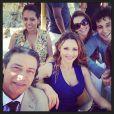 Rita Guedes também postou uma foto dos bastidores de gravação do casamento Natália (Daniela Escobar) e Juliano (Bruno Gissoni) em 'Flor do Caribe' e comentou: 'Muito sol, praia... E a gente!'