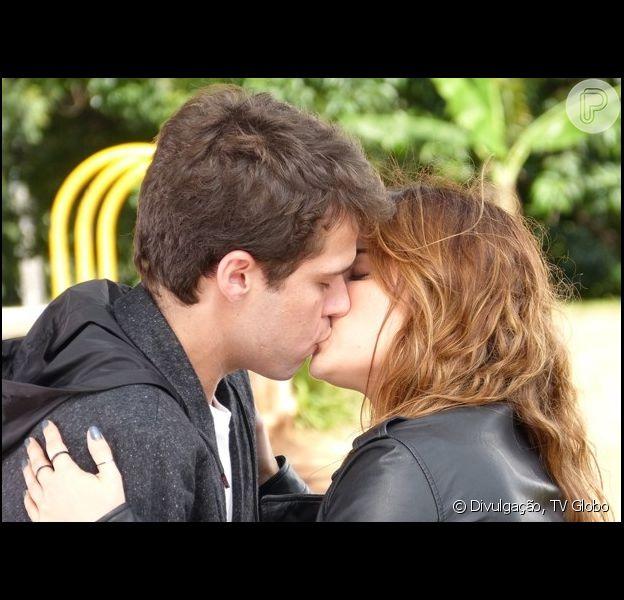Malu (Fernanda Vasconcellos) diz a Maurício (Jayme Matarazzo), que é virgem e decide ter dua primeira noite de amor com ele, em 'Sangue Bom'