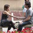 Malu (Fernanda Vasconcellos) pensa que é irmã de Bento (Marco Pigossi), e por isso teve de desistir de seu amor por ele, em 'Sangue Bom'