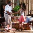 Nicole (Cinara Leal) foi morar na casa de Quirino (Aílton Graça) e pintou um clima romântico entre os dois, em 'Flor do Caribe'