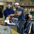 Bárbara Evans, Mateus Verdelho, Beto Malfacini e Yudi Tamashiro ficaram mais preocupados com um bolo que estava saindo do forno do que com a volta de Denise Rocha