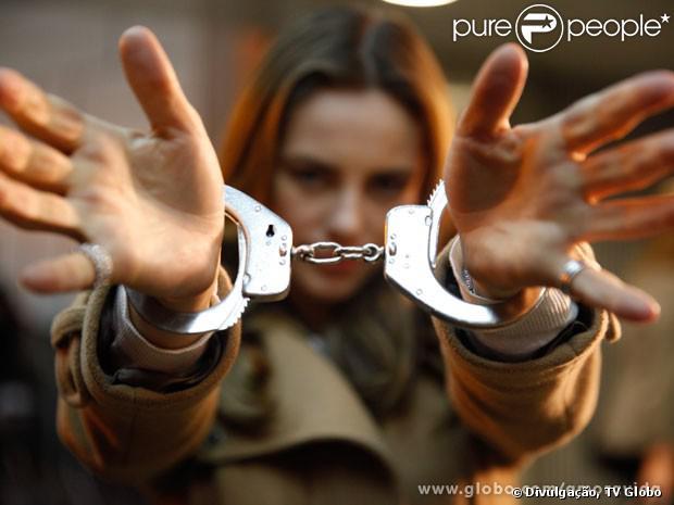 Paolla Oliveira grava prisão de em 'Amor à Vida' e exibe as algemas, em 27 de agosto de 2013
