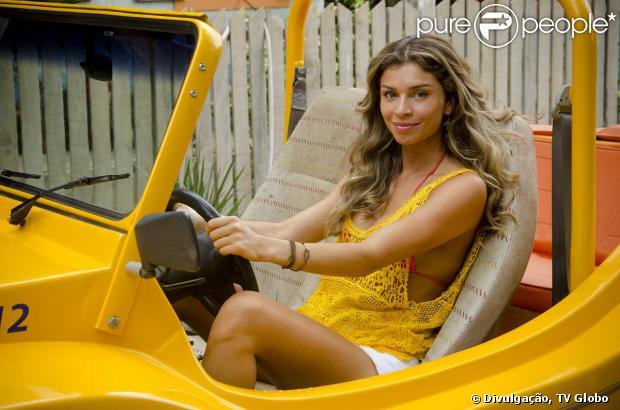 Ester (Grazi Massafera) passa mal enquanto dirige e acaba sofrendo um acidente na estrada para Natal, em 'Flor do Caribe', em 4 de setembro de 2013