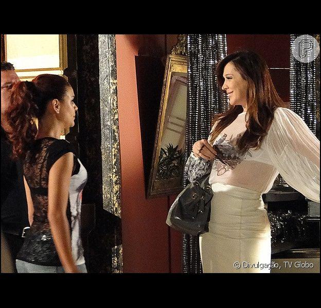 Rosângela (Paloma Bernardi) se surpreende ao encontrar Lívia (Claudia Raia) na boate, em 'Salve Jorge', no capítulo de quarta-feira, 19 de dezembro de 2012