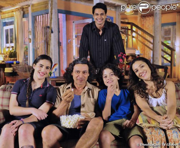 No penúltimo capítulo, Hélio (Raphael Viana) sai da cadeia e volta para a casa de sua família, em 'Flor do Caribe', em 12 de setembro de 2013