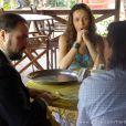 Bibiana (Cyria Coentro) Donato (Luiz Carlos Vasconcelos) contratam Castro (Claudio Mendes) para defender Hélio (Raphael Viana), mas depois mudam de ideia e pedem indicação de um novo advogado para Ester (Grazi Massafera), em 'Flor do Caribe'
