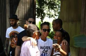 Alicia Keys atende fãs na porta de hotel e segue para show em São Paulo