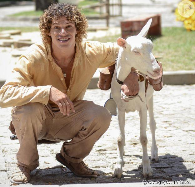 Candinho (José Loreto) fica milionário por ter ajudado Cassiano (Henri Castelli) a descobrir a jazida de turmalina Paraíba, em 'Flor do Caribe', em 13 de setembro de 2013