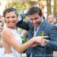 Os noivos Ester (Grazi Massafera) e Cassiano (Henri Castelli) enfrentam a chuva de arroz ao final da cerimônia, em 'Flor do Caribe'