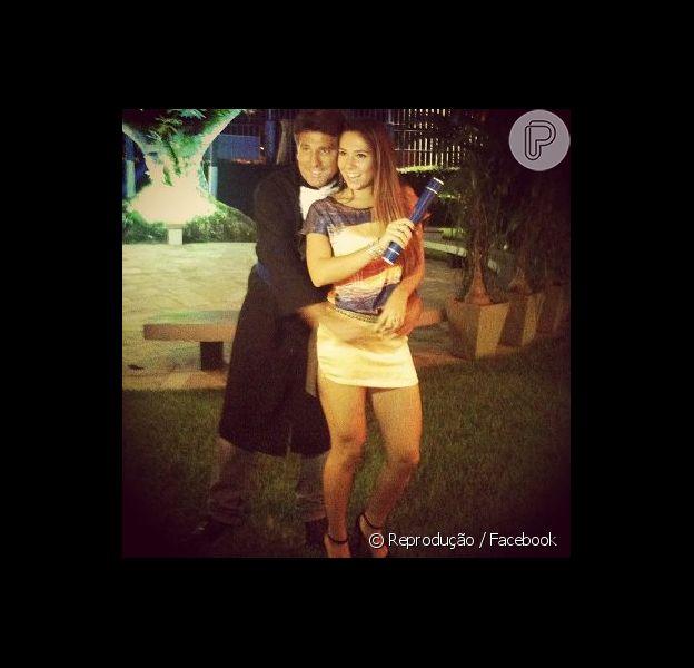 Renato Gaúcho, com roupa de formando, abraça a filha, Carolina Portaluppi, que encerra o ensino médio em dezembro de 2012