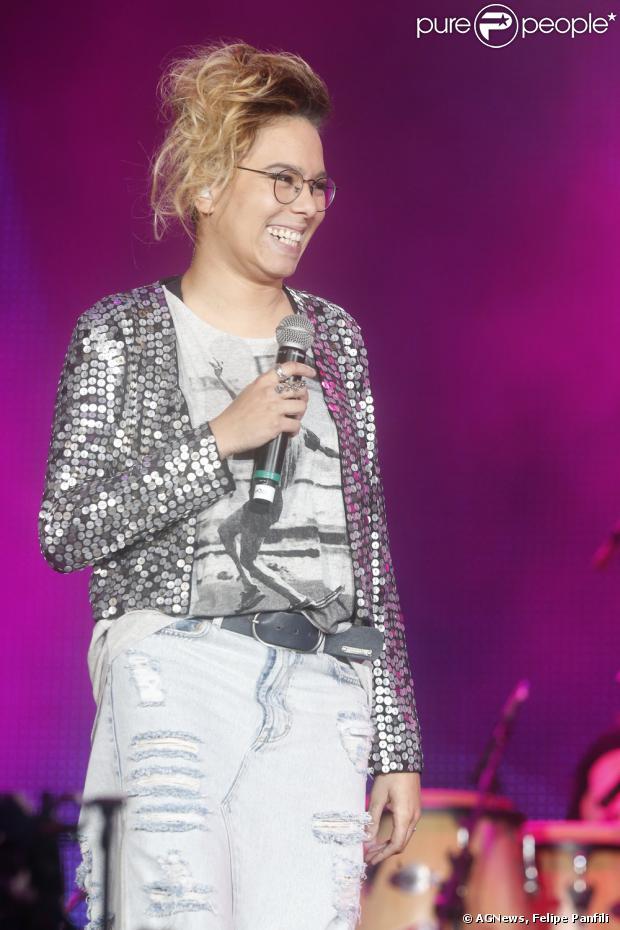 Maria Gadú subiu ao palco do Rock in Rio para homenagear Cazuza vestindo saia jeans, casaco de paetê, penteado novo e maquiagem caprichada nesta sexta-feira, 13 de setembro de 2013