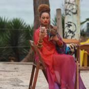 Taís Araújo grava 'Mister Brau' com dois porquinhos na praia do Recreio. Fotos!