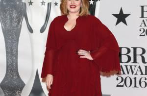 Adele usa look decotado no BRIT Awards, ganha prêmio e defende a cantora Kesha
