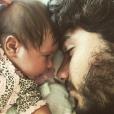 Hugo Moura e Maria Flor, de 2 meses, em momento especial de pai e filha