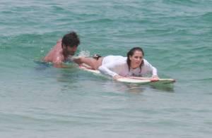 Deborah Secco aprende a surfar com o marido, Hugo Moura, em praia do Rio