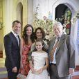 Bruno (Malvino Salvador) posa ao lado da família em seu casamento com Paloma (Paolla Oliveira), em 'Amor à Vida'