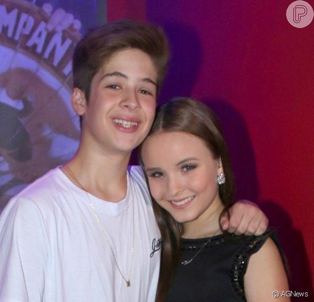 João Guilherme se derreteu ao comentar o namoro com Larissa Manoela, sua primeira namorada: 'Somos um casal de verdade'