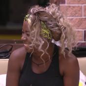 'BBB16': Adélia é proibida de cortar as roupas de Ana Paula. 'Não posso!'