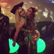 Nicole Bahls entrega namoro de Latino e Mendigata em festa do cantor: 'Seu boy'