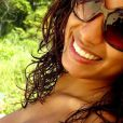 A sempre sorridente Anitta posa com marquinha de biquíni e cabelos ondulados