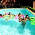 Anitta curte piscina com os amigos em 2008