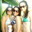 Anitta posa de biquíni e de cabelo curto em dia de piscina entre as amigas