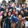 Anitta posa no meio dos amigos do colégio