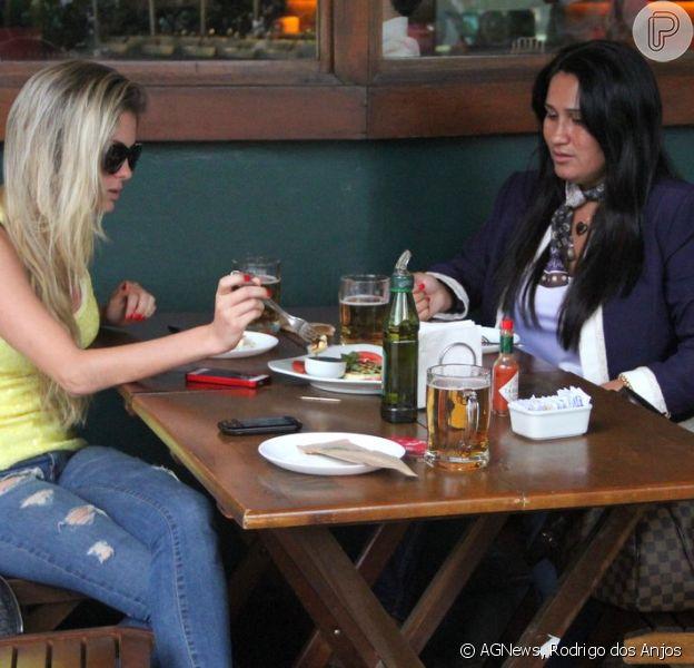 Bárbara Evans almoça com amiga em restaurante de Ipanema, no Rio, em 4 de outubro de 2013