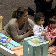 Grazi Massafera brinca com a filha, Sofia, em parquinho de um shopping do Rio de Janeiro, sem o papai Cauã Reymond
