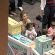 Grazi Massafera brinca com a filha, Sofia, em parquinho de um shopping do Rio de Janeiro, em 6 de outubro de 2013