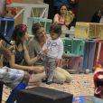 Grazi Massafera se diverte com a filha, Sofia, em parquinho de um shopping do Rio de Janeiro